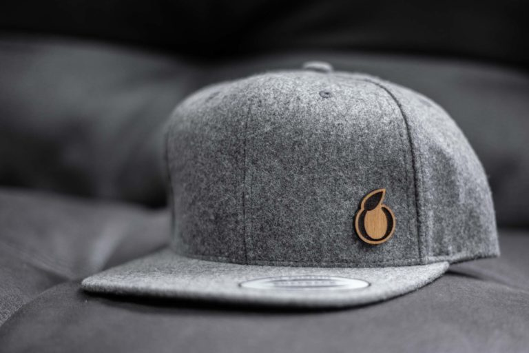 graues Schörgerer Cap mit Holzlabel