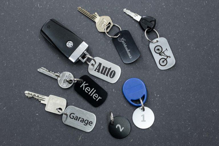 Metall Schlüsselanhänger mit Aufschriften und Motiven